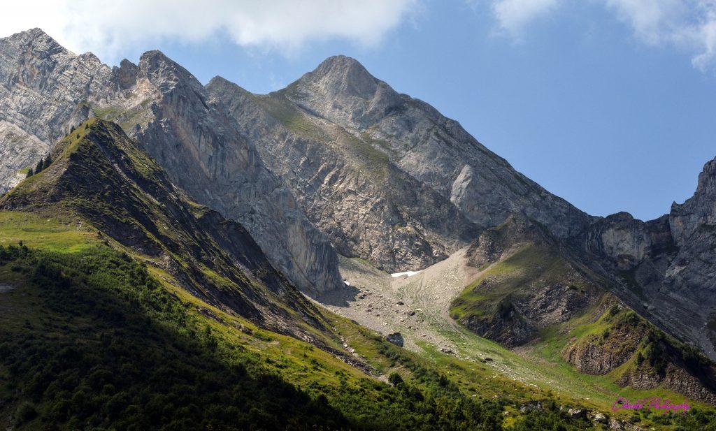 paysage de hautes montagnes